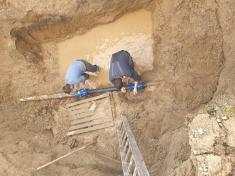 Oprava poškodeného vodovodného potrubia