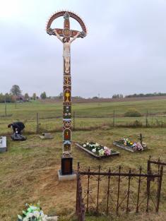 Vyrezávaný drevený kríž - cintorín Čechánky